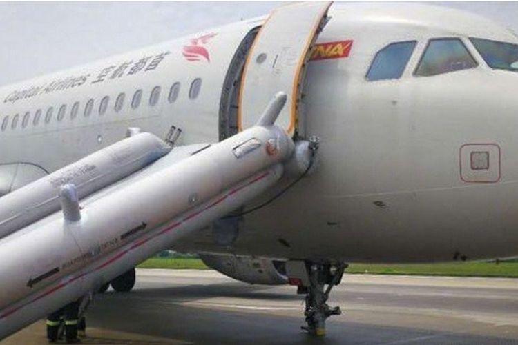 Inilah pesawat Airbus A320 milik maskapai penerbangan Capital Airlines yang mendarat darurat di bandara internasional Shenzhen, China tanpa roda depan setelah gagal mendarat di bandara Makau, Selasa (28/8/2018).