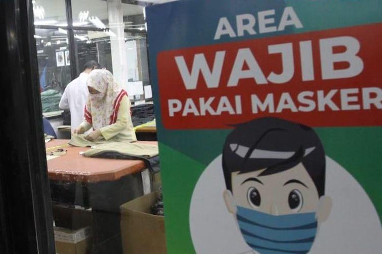 Pekerja Pan Brothers di Tangerang tengah membuat APD bagi tenaga medis di Indonesia. Kebutuhan APD tenaga medis meningkat selama pandemi Covid-19