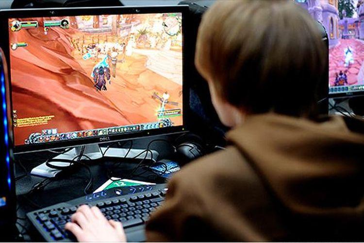 Seorang pengunjung bermain game online World of Warcraft di pameran teknologi CeBIT, Hanover, Jerman, 4 Maret 2010