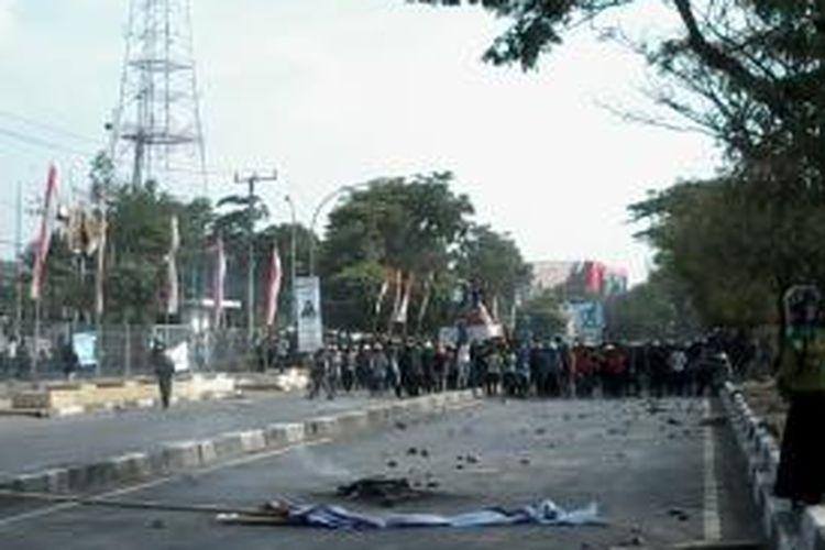 Mahasiswa Universitas Negeri Makassar (UNM) menyandra mobil tangki milik pertamina di depan kampusnya Jl AP Pettarani, Kamis (6/11/2014).
