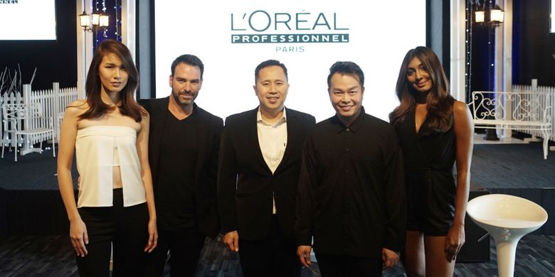 Dari kiri ke kanan: Model, LOreal Professionnel International Portofolio Artist Peter Thomson, Brand Manager LOreal Proffesionnel Satria Bakti, Indra Tanudarma, dan model.