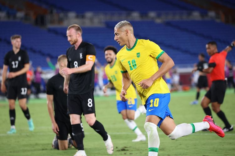 Brazil's forward Richarlison (R) celebrates after he scored his third goal during the Tokyo 2020 Olympic Games men's group D first round football match between Brazil and Germany at the Yokohama International Stadium in Yokohama on July 22, (Photo by Yoshikazu TSUNO / AFP)