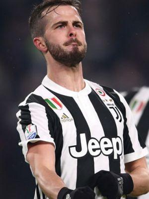 Miralem Pjanic merayakan golnya ke gawang Atalanta pada pertandingan Coppa Italia di Stadion Allianz, Rabu (28/2/2018).