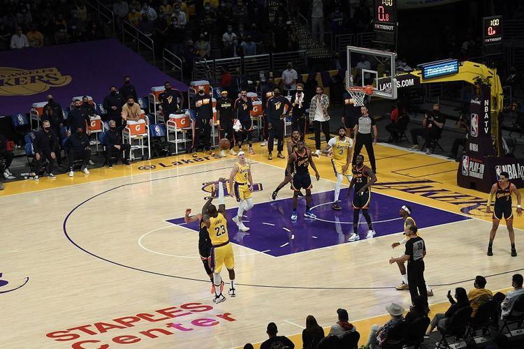 Pemain Los Angeles Lakers, LeBron James (23), mencetak tiga poin dalam laga play-in NBA melawan Golden State Warriors di Staples Center pada 19 Mei 2021 di Los Angeles, California.