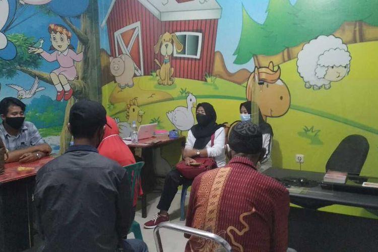 WL (16), gadis penyandang disabilitas yang menjadi korba pemerkosaan hingga hamil 6 bulan tengah diperiksa di ruang Unit Perlindungan Perempuan dan Anak (PPA) Polres Gowa, Sulawesi Selatan. Rabu, (23/6/2021).