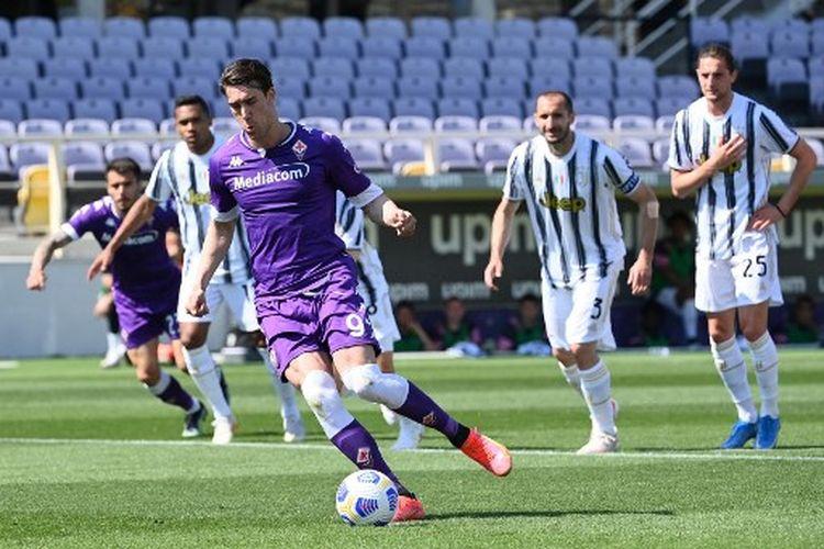 Dusan Vlahovic saat mengeksekusi penalti pada laga pekan ke-33 Liga Italia yang mempertemukan Fiorentina vs Juventus di Stadion Artemio Franchi, Minggu (25/4/2021).