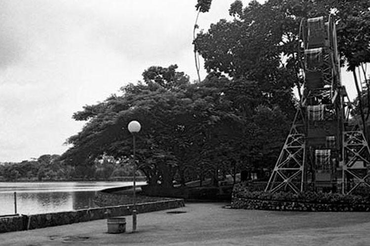 Wahana Dermolen yang diberi nama Roda Tamasya berada dekat pintu masuk di pinggir danau buatan Taman Ria Remaja.