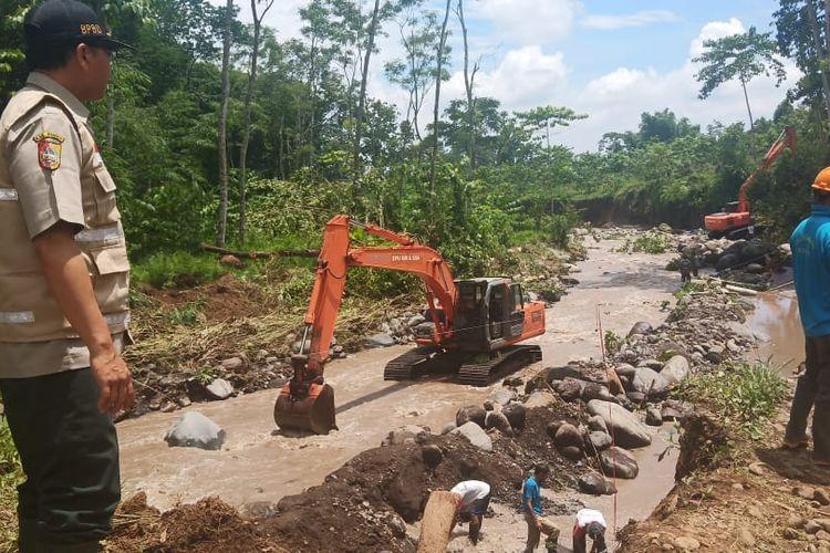Proses perbaikan akses jalan terdampak banjir bandang di Kabupaten Jember terus dikerjakan