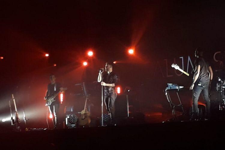 Penyanyi solo asal Inggris Calum Scott tampil di Balai Kartini, kawasan Gatot Subroto, Jakarta Selatan, Minggu (2/12/2018).