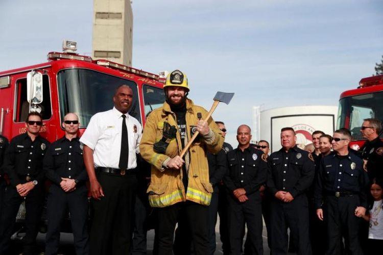 Petinju kelas berat Inggris, Tyson Fury bersama anggota pemadam kebakaran California