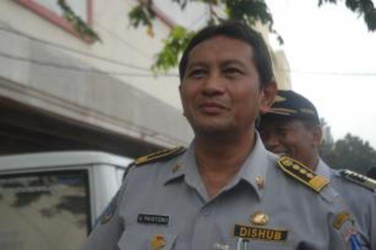 Kepala Dinas Perhubungan DKI Jakarta Udar Pristono meninjau kondisi lalu lintas di Tanah Abang, Jakarta Pusat, Senin (12/8/2013) siang.