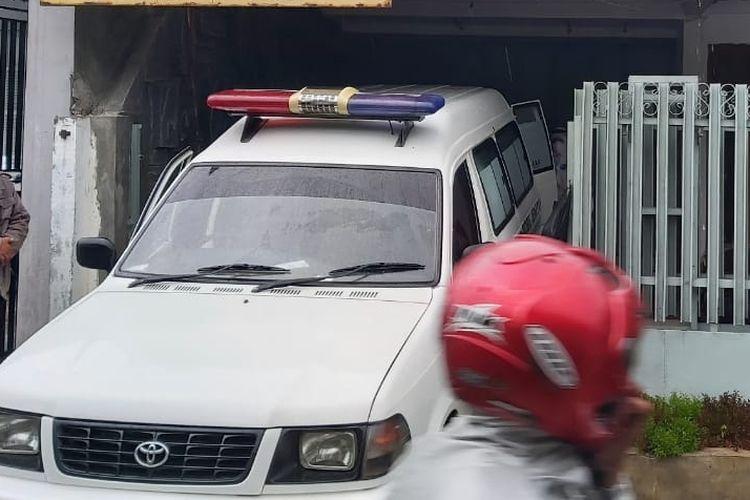 Ambulans RSUD Kardinah mengevakuasi jenazah pasien Covid-19 yang meninggal dunia saat isolasi mandiri di rumahnya di Kelurahan Pekauman, Tegal Barat, Kota Tegal, Kamis (24/6/2021) (Dok. Kelurahan Pekauman)