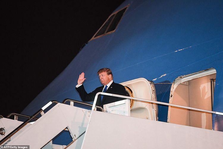 Presiden AS Donald Trump ketika keluar dari pesawat Air Force setelah sampai di Bandara Noi Bai Hanoi, Vietnam, pada Selasa malam (26/2/2019). Trump bakal bertemu dengan Pemimpin Korut Kim Jong Un pada 27-28 Februari nanti.