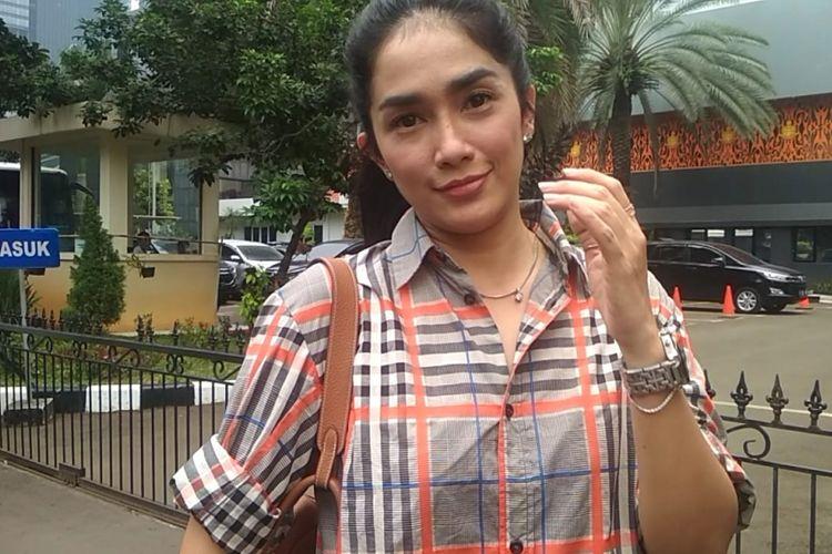 Artis peran Ussy Sulistiawaty usai mendatangi Polda Metro Jaya, Semanggi, Jakarta Selatan, Senin (3/12/2018). Ussy mendatangi Polda Metro Jaya untuk melakukan konsultasi seputar masalah hukum.