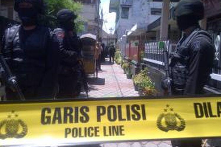Rumah tersangka anggota ISIS Abdul Hakim Munabari, di Jalan Ade Irma Suryani, Kasin, Klojen, Kota Malang, saat dijaga anggota densus 88, Kamis (26/3/2015).