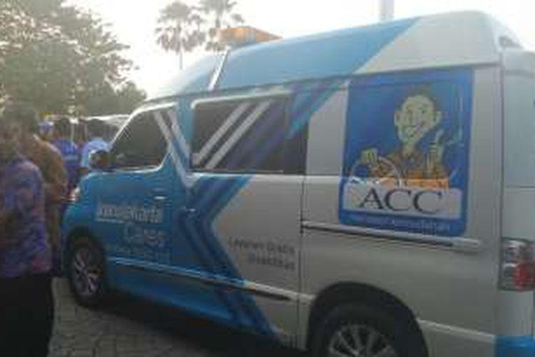 PT Transjakarta menyediakan mobil Transjakarta Cares untuk menjemput warga penyandang disabilitas.