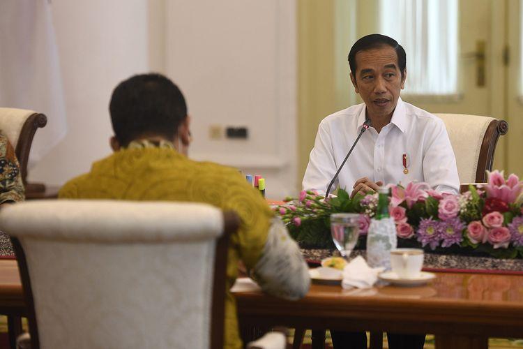 Presiden Joko Widodo (kanan) memberikan sambutan saat pertemuan dengan pimpinan MPR di Istana Bogor, Jawa Barat, Rabu (8/7/2020). Pertemuan tersebut membahas sejumlah isu-isu kebangsaan.
