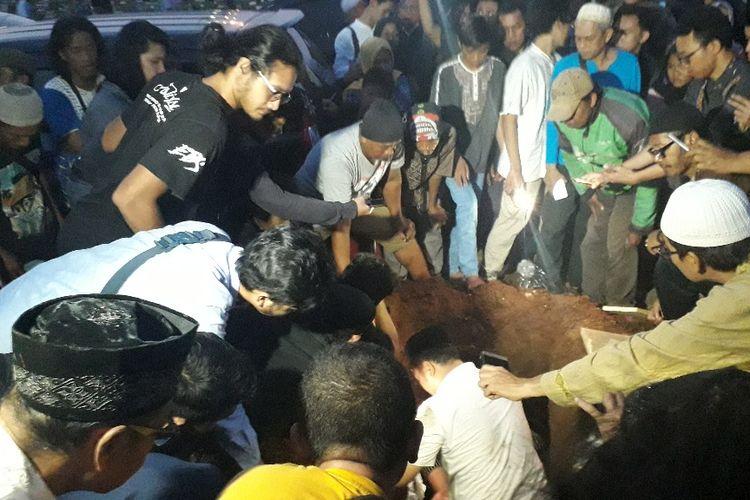 Suasana pemakaman korban kecelakaan beruntun Tol Cipali di TPU Prumpung, Senin (17/6/2019).