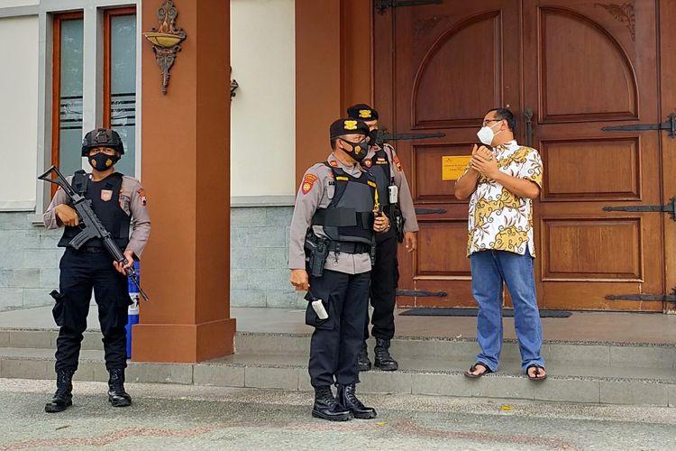 Personel Polres Tegal Kota dengan senjata lengkap berjaga usai sterilisasi dan penyisiran bahan peledak di Gereja Hati Kudus Yesus Tegal, Kamis (1/4/2021).