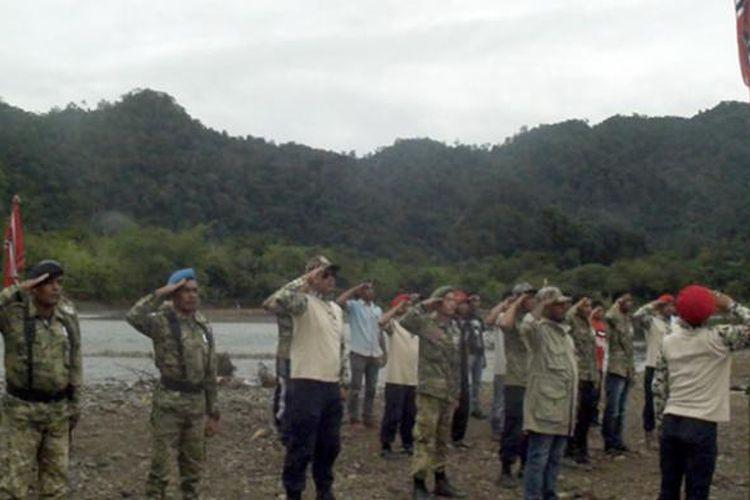 Seratusan mantan kombantan Gerakan Aceh Merdeka (GAM) di Kabupaten Aceh Jaya, Provinsi Aceh menggelar upacara pengibaran bendera bulan bintang dalam rangka memperingati hari milad ke 40 di kawasan pegunungan Aceh Jaya, Minggu (04/12/16).