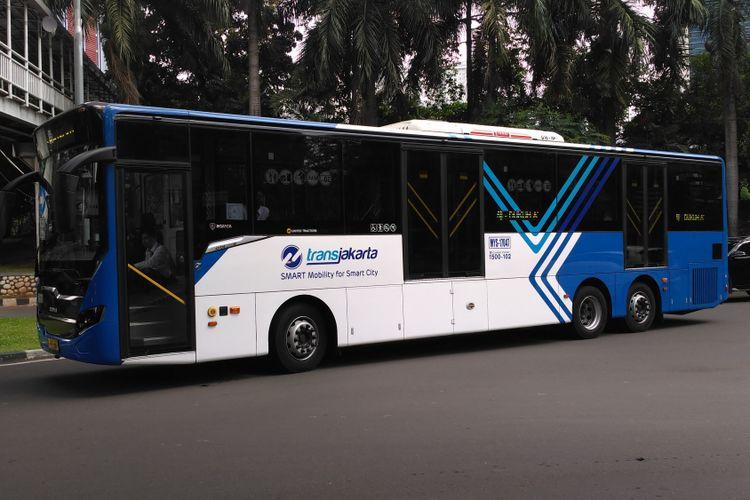 Bus Transjakarta yang beroperasi di Halte Dukuh Atas, Senin (3/7/2017)