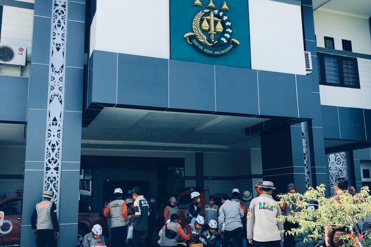 Tim Badan Penanggulangan Bencana Daerah (BPBD) Samarinda melakukan penyemprotan di Kantor Kejaksaan Tinggi Kaltim, Jalan Bung Tomo, Samarinda, Senin (23/3/2020).