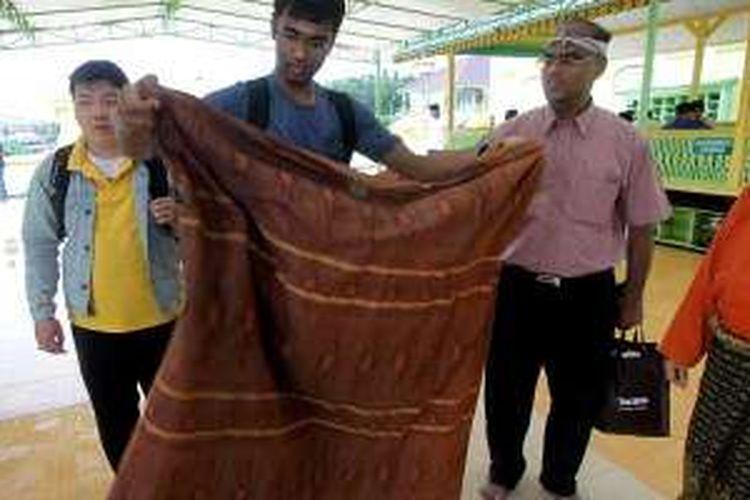 Pelancong asing pelesir ke Masjid Raya Sultan Riau atau dikenal sebagai Masjid Penyengat di Tanjung Pinang, Kepulauan Riau. Masjid itu salah satu peninggalan Kesultanan Riau-Lingga yang ibu kotanya berpindah beberapa kali di Kepulauan Riau.