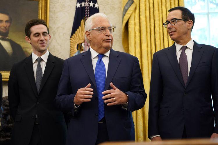 Dubes Amerika Serikat untuk Israel David Friedman (tengah), bersama Avraham Berkowitz Asisten Presiden Israel dan Utusan Khusus Negosiasi Internasional (kiri), dan Menteri Keuangan Amerika Serikat Steven Mnuchin (kanan), saat berbicara di Oval Office Gedung Putih, Washington DC, Jumat (11/9/2020).