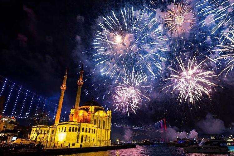 Pertunjukan kembang api malam tahun baru 2020 di Istanbul, Rabu (1/1/2020). Seperti tahun-tahun sebelumnya, semarak pesta kembang api masih mendominasi perayaan malam pergantian tahun di berbagai belahan dunia.