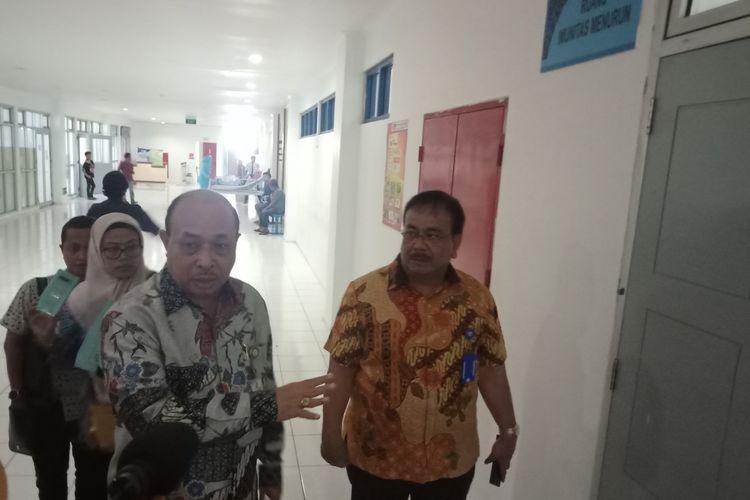 Staf Ahli Kemenkes Roby Pattiselanno didampingi Dirut RSUP M Djamil Yusirwan Yusuf meninjau RSUP M Djamil sebagai rumah sakit rujukan corona di Sumbar beberapa waktu lalu