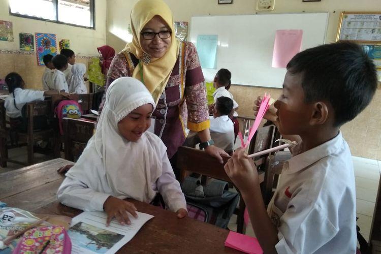 Diannita Ayu Kurniasih, Guru SDN 2 Sukorejo, Kendal, Jawa Tengah telah mempraktekan Merdeka Belajar lewat Pembelajaran Siswa Aktif Mikir (Mengalami, Interaksi, Komunikasi dan Refleksi) kepada pada siswa SD yang diampunya.