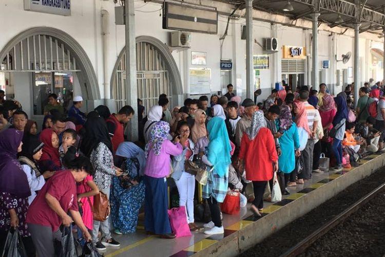 Suasana di Stasiun Rangkasbitung saat hari pertama pengoperasian layanan kereta listrik (KRL) commuter line relasi Rangkasbitung-Tanah Abang pada Sabtu (1/4/2017).