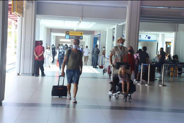 Ilustrasi - Penumpang domestik di Bandara I Gusti Ngurah Rai, Bali.