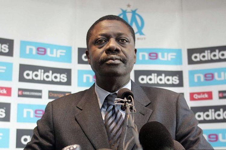File foto ini diambil pada 23 Maret 2007 di Marseille menunjukkan mantan presiden klub sepak bola Marseille lOlympique de Marseille Pape Diouf. - Pape Diouf, 68 tahun meninggal setelah tertular penyakit COVID-19, keluarganya mengumumkan pada 31 Maret 2020.