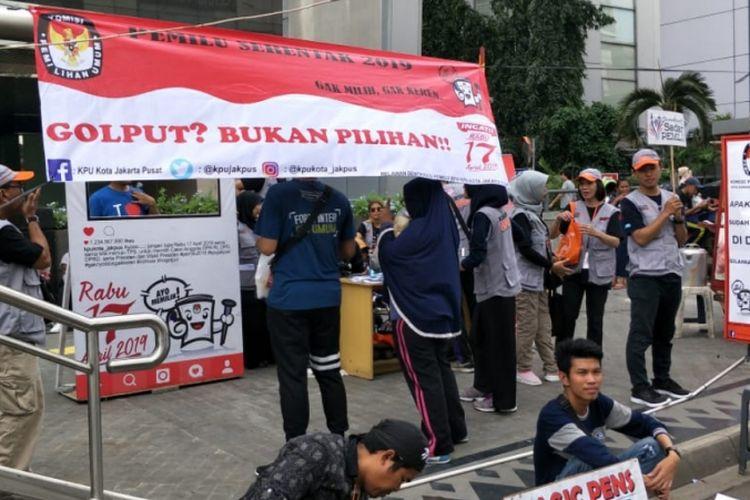 Posko pusat informasi seputar Pemilu 2019 yang dibuka KPU Kota Jakarta Pusat di Kawasan Car Free Day (CFD), Jalan MH. Thamrin, Jakarta Pusat, Minggu (3/2/2019).