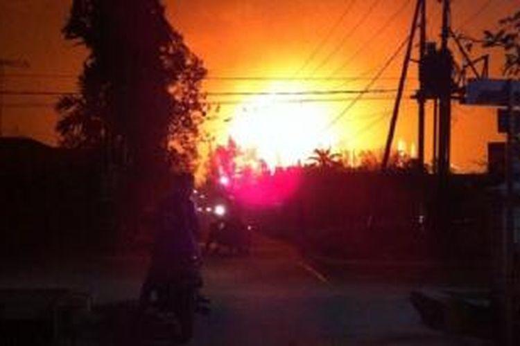 Kebakaran di kilang minyak Dumai, Minggu (16/2/2014) pukul 22.00. Foto diambil dari Twitter [at]Zulmahadira.