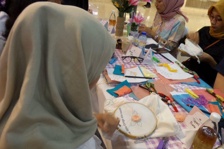 Suasana workshop menyulam bersama The Little Things She Needs di Kota Kasablanka, Jakarta, Jumat (31/8/2018).