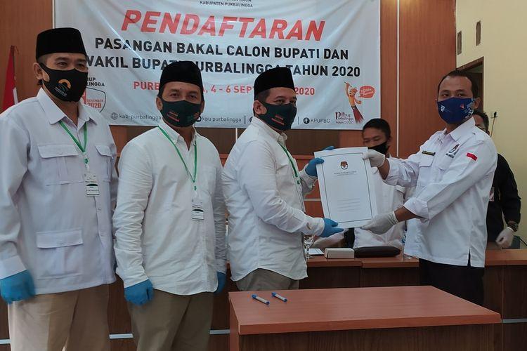 Bakal pasangan cabup dan cawabup, Muhammad Sulhan Fauzan (kedua dari kanan) - Zaini Makarim Supriyatno (kedua dari kiri) mendaftar ke KPU Purbalingga, Jawa Tengah, Minggu (6/9/2020).