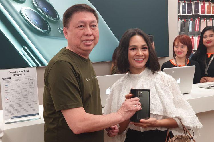 Penyanyi Andien (kiri) membeli iPhone Pro Max 512 GB dalam penjualan perdana di iBox Central Park, Jumat (6/12/2019)