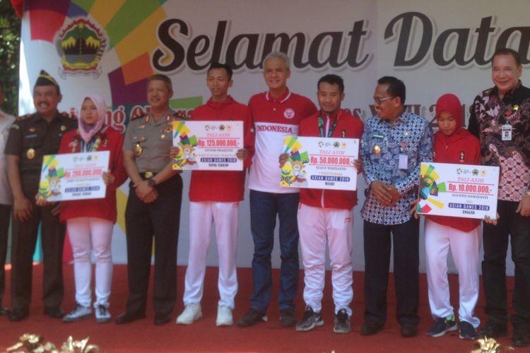 Aries Susanti Rahayu bersama atlet asal Jawa Tengah mendapat bonus dari Pemda Jawa Tengah, Selasa (4/9/2018).