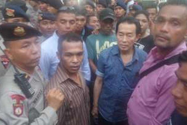 Puluhan polisi kawal keluarga Wayan Mirna Salihin saat meninggalkan persidangan di Pengadilan Negeri Jakarta Pusat, Kamis (27/10/2016)