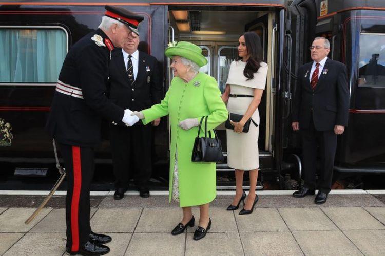 Ratu Elizabeth  II dan Meghan Markle dalam kunjungan ke Chester, menggunakan kereta api kerajaan.