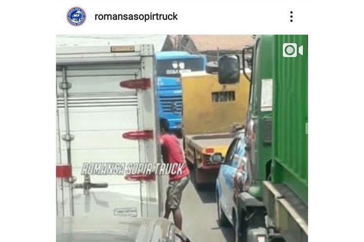 Aksi pemalakan oleh preman kepada sopir truk di Pintu Keluar Tol Cakung Barat, Senin (21/10/2019).