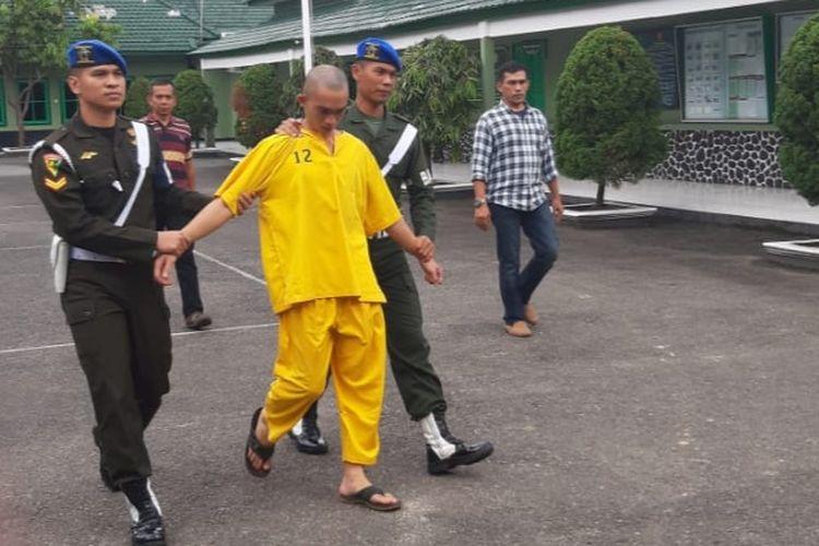 Prada DP pelaku pembunuhan Fera Oktaria ketika berada di Denpom II Sriwijaya, Palembang, Jumat (14/6/2019).