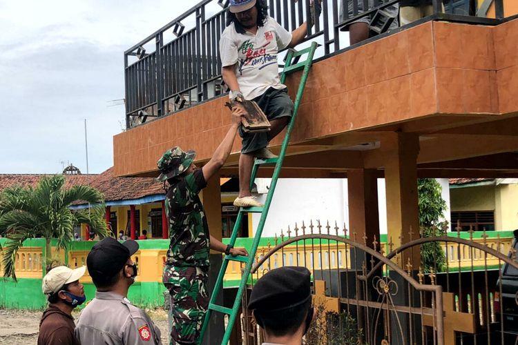 Bupati Blitar Rini Syarifah meninjau perbaikan sebuah gereja di Kecamatan Wates, Kabupaten Blitar, Minggu (11/4/2021). Total terdapat 405 bangunan rusak di wilayah Kabupaten Blitar akibat gempa Malang, 358 di antaranya adalah rumah warga.