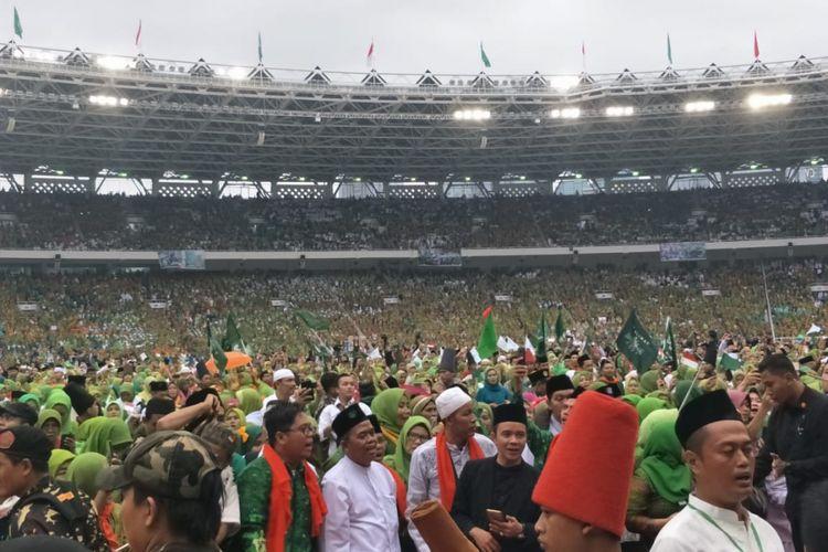 Anggota dan pengurus Muslimat NU yang menghadiri Harlah ke-83 Muslimat NU di Stadion Utama GBK, Jakarta, Minggu (27/1/2019).