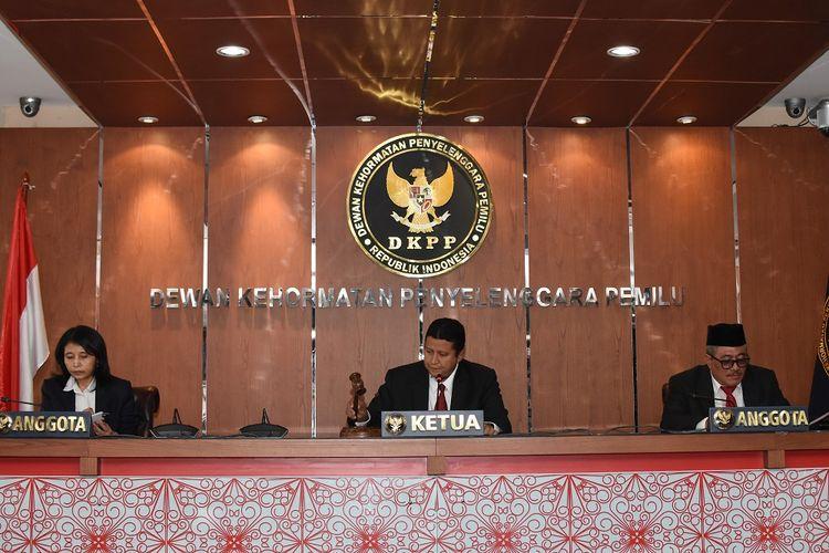 Plt Ketua Dewan Kehormatan Penyelenggara Pemilu (DKPP) sekaligus Ketua Majelis Sidang Muhammad (tengah) bersama anggota Ida Budhiati (kiri) dan Teguh Prasetyo (kanan) mengetuk palu pada sidang putusan pelanggaran etik Komisioner KPU Wahyu Setiawan di Kantor DKPP, Jakarta, Kamis (16/1/2020).  DKPP memutuskan pemberhentian Komisioner KPU Wahyu Setiawan dari jabatannya karena melakukan pelanggaran etik terkait kasus dugaan suap pada pergantian antarwaktu (PAW) anggota DPR Fraksi PDIP. ANTARA FOTO/Indrianto Eko Suwarso/aww.