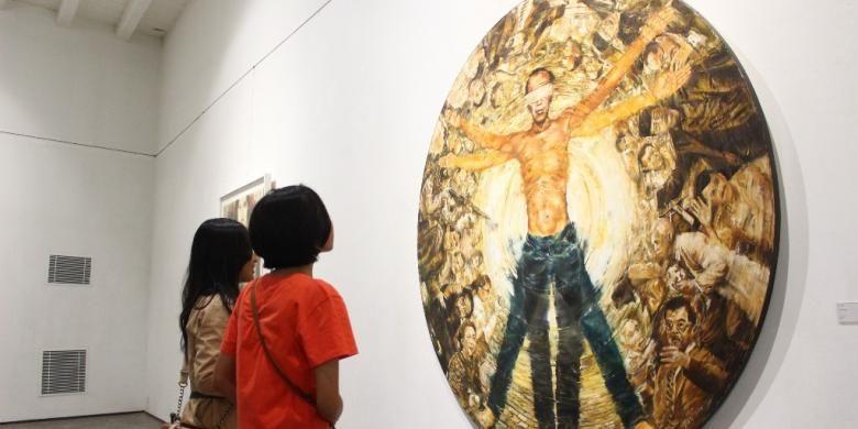 Salah satu lukisan yang jadi perhatian pengunjung Semarang Contemporary Art Gallery, ialah Circle Case karya Aan Arief, bercerita tentang Presiden Jokowi di tengah-tengah permasalahan dan puluhan tokoh ulung Indonesia.