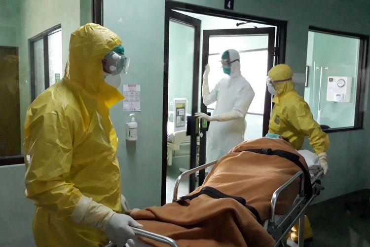 Tim medis RSUP Sanglah dalam simulasi penanganan pasien terjangkit virus corona di Ruang Isolasi Nusa Indah, Rabu (12/2/2020).