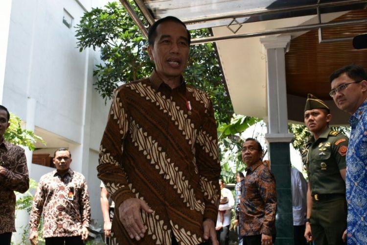 Presiden Joko Widodo saat berada di kediaman KH Hasyim Muzadi di Pondok Pesantren Al-Hikam, Kota Malang, Rabu (15/3/2017)